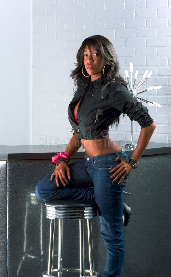 african american counter standing urban woman στοκ εικόνα με δικαίωμα ελεύθερης χρήσης
