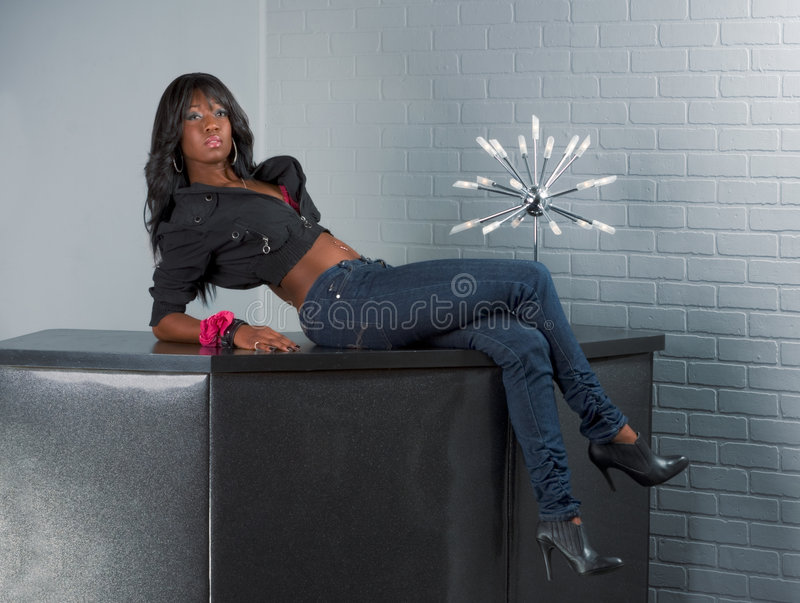 african american lying table urban woman στοκ φωτογραφία με δικαίωμα ελεύθερης χρήσης