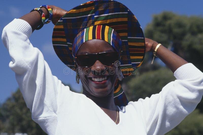 African-Americanfrau mit buntem Hut lizenzfreie stockfotos
