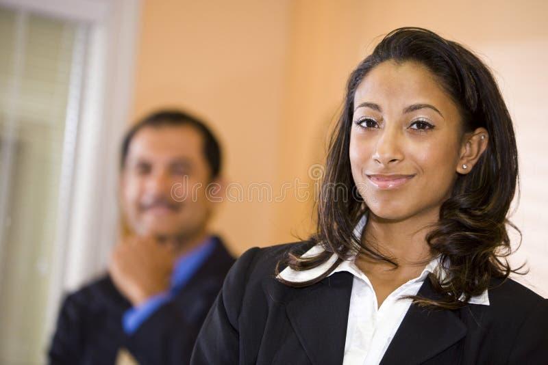 African-Americangeschäftsfrau mit männlichem Mitarbeiter lizenzfreies stockfoto