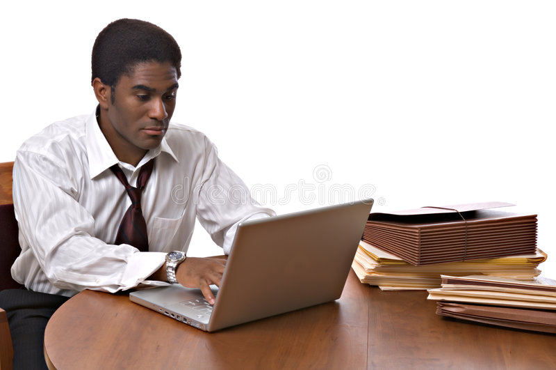 African-Americangeschäftsmann, der an Laptop arbeitet lizenzfreie stockfotos