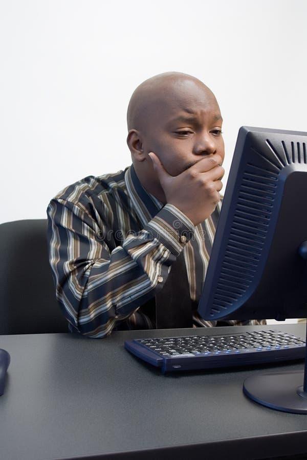 African-Americanmän på en dator arkivfoton