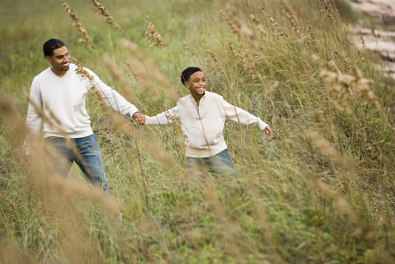 African-Americanvater- und -sohngehen stockfotos