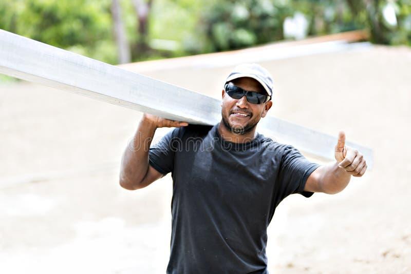Africano agradable de la construcción de la casa en la industria del trabajo foto de archivo