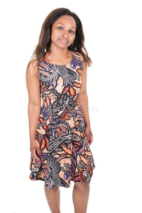 Africano americano da jovem mulher bonito que sorri na textura típica da roupa de África fotos de stock royalty free