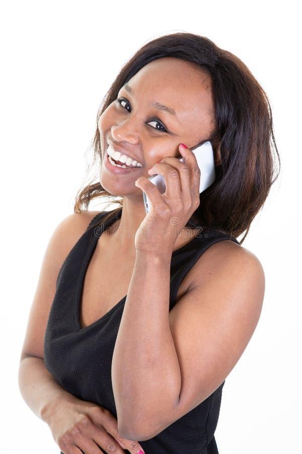 Africano americano della donna felice che parla sul cellulare immagine stock libera da diritti