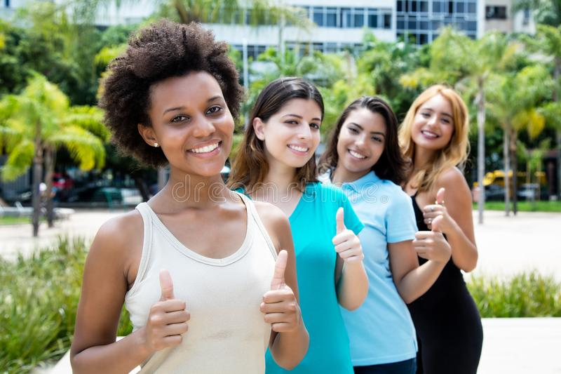Africano bem sucedido e americano e jovens caucasianos e latino-americanos imagens de stock