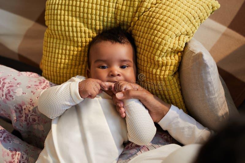 africano del bebé que echa los dientes foto de archivo