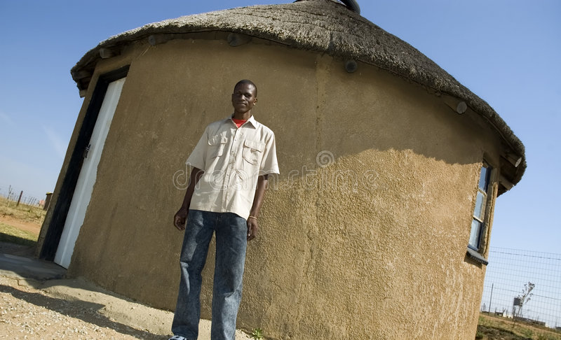 Africano fiero fuori della sua casa fotografia stock libera da diritti