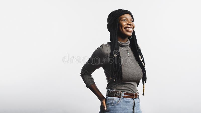 Africano sonriente femenino con los dreadlocks largos fotografía de archivo