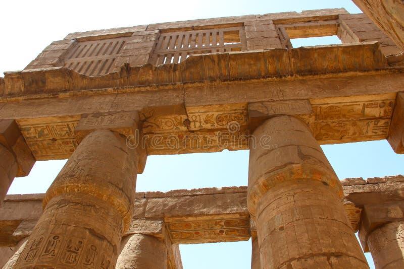 Afrika, Egypte, Luxor, kolommen van Karnak-tempel met oude hiërogliefen stock afbeeldingen