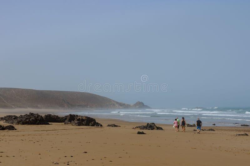 Afrika, Marokko die, de lente, de westkust van Maart 2018, oceaankust, mensen langs de kust lopen stock fotografie