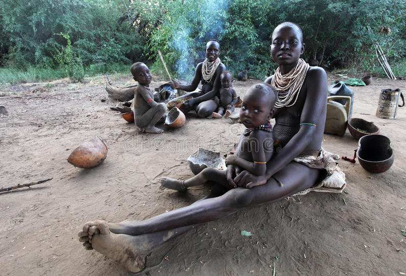 Afrika södra Ethiopia.2009.  Oidentifierad Karo moder och childern i deras by i Mago National Park arkivbild