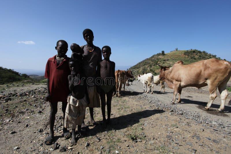 Afrika södra Etiopien 20 12 2009 - Unidentify ethiopian familj arkivbilder