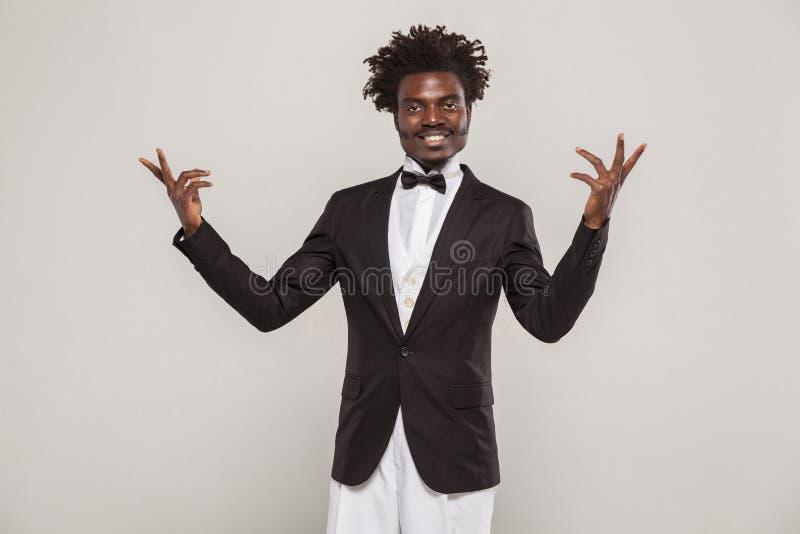 Afrikaan kleedde zanger of acteurs goed het toothy glimlachen royalty-vrije stock afbeelding