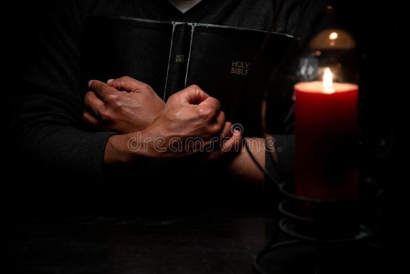 Afrikaans Amerikaans Christian Man Embraces de Heilige Heilige Schriften, de Bijbel stock foto's