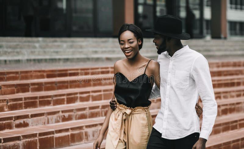 Afrikaans Amerikaans liefdepaar Gelukkige verhouding, glimlachende zwarte royalty-vrije stock afbeeldingen