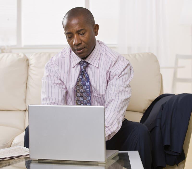 Afrikaans Amerikaans mannetje met laptop royalty-vrije stock foto
