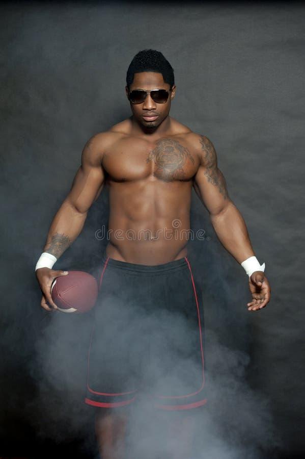 Afrikaans Amerikaans Mannetje met Voetbal stock foto's
