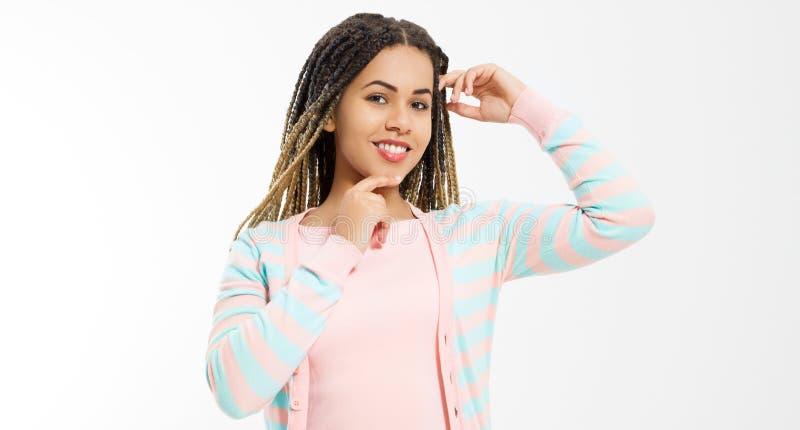 Afrikaans Amerikaans meisje in manierkleren dat op witte achtergrond wordt geïsoleerd Vrouw hipster met de stijl van het afrohaar stock foto