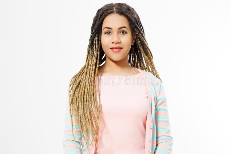 Afrikaans Amerikaans meisje in manierkleren dat op witte achtergrond wordt geïsoleerd Vrouw hipster met de stijl van het afrohaar royalty-vrije stock foto