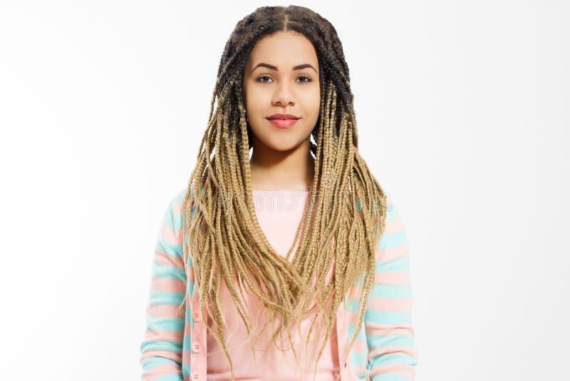 Afrikaans Amerikaans meisje in manierkleren dat op witte achtergrond wordt geïsoleerd Vrouw hipster met de stijl van het afrohaar stock fotografie
