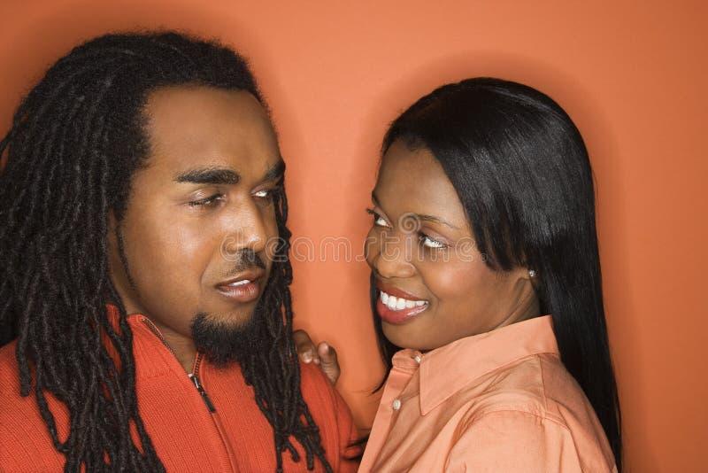 Afrikaans-Amerikaans paar dat oranje kleding draagt. stock foto's
