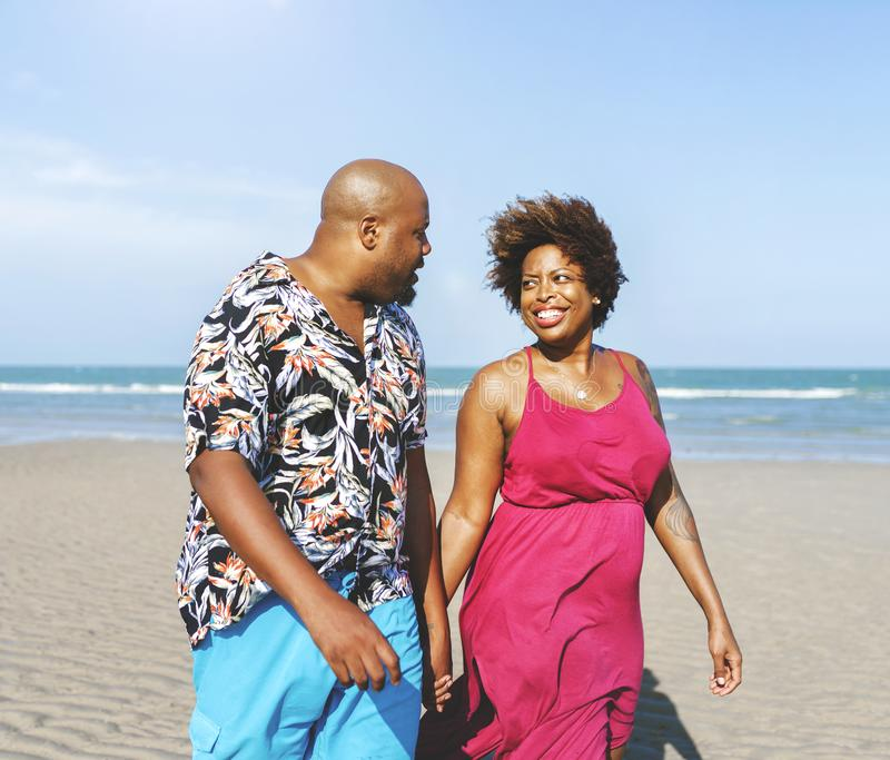 Afrikaans Amerikaans paar die bij het strand lopen royalty-vrije stock fotografie