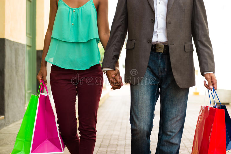 Afrikaans Amerikaans Paar die met Zakken in de Stad van Panama winkelen royalty-vrije stock fotografie