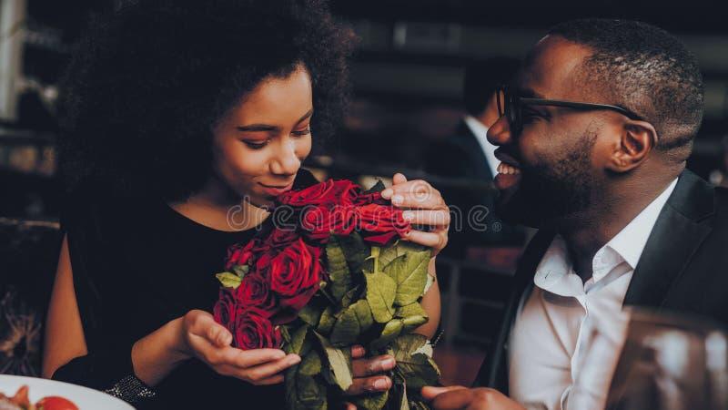 Afrikaans Amerikaans Paar die in Restaurant dateren stock foto's