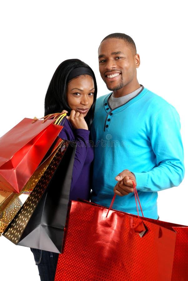Afrikaans Amerikaans paar met het winkelen zakken royalty-vrije stock foto