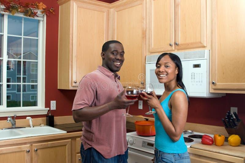 Afrikaans Amerikaans Paar met Wijn glas-Horiz royalty-vrije stock foto's