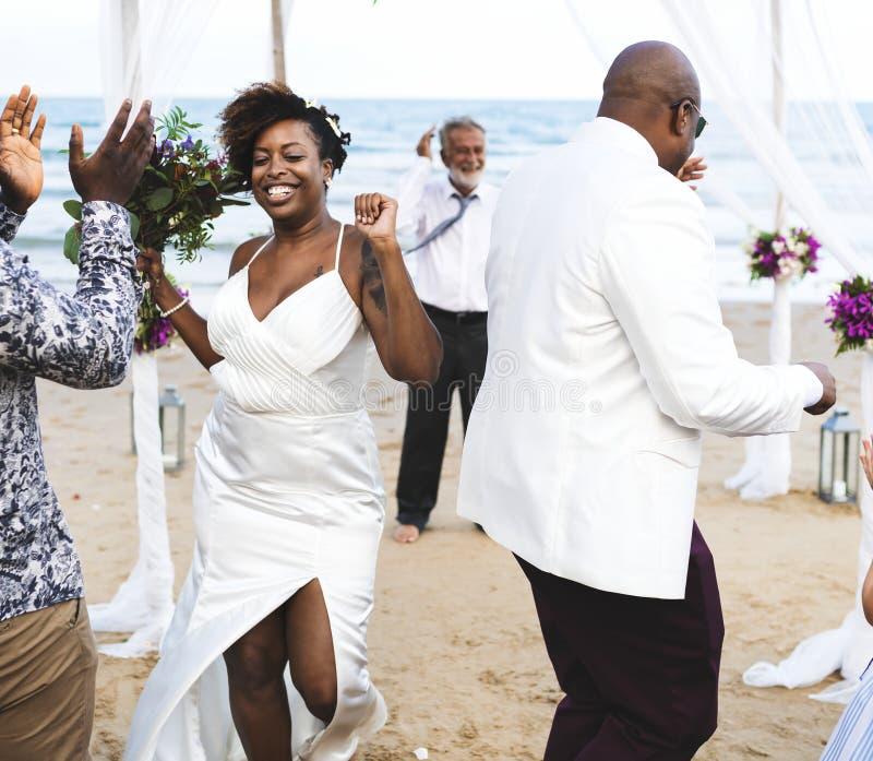 Afrikaans Amerikaans paar worden die die bij het strand wordt gehuwd stock fotografie