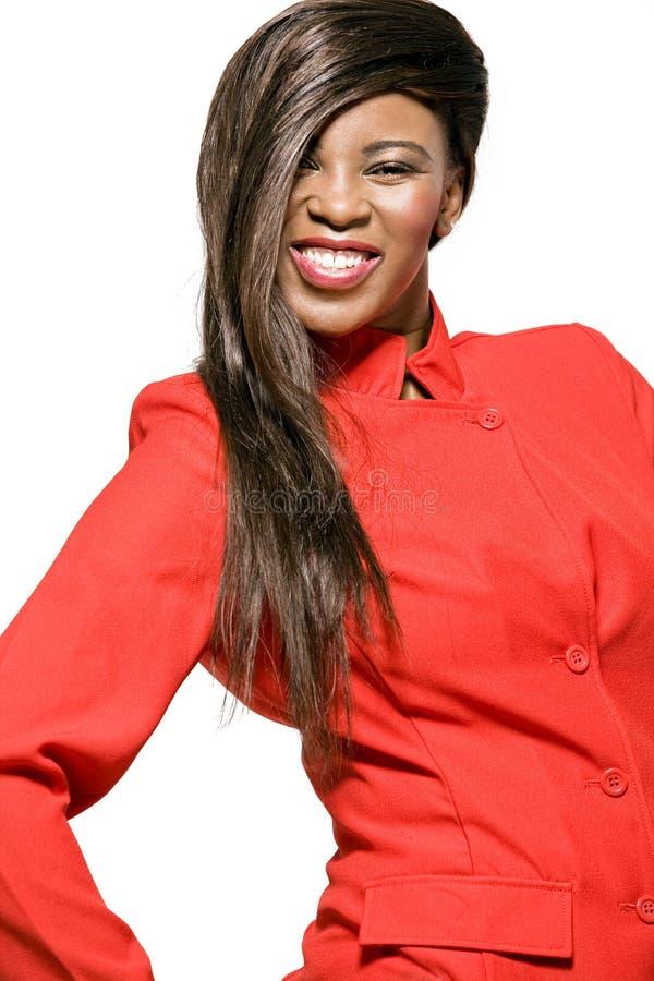 Afrikaans-Amerikaanse bedrijfsvrouw in rood jasje. royalty-vrije stock afbeelding