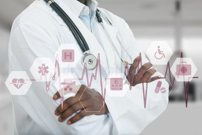 Afrikaans-Amerikaanse Medische artsenmens met medische symbolen royalty-vrije stock afbeeldingen