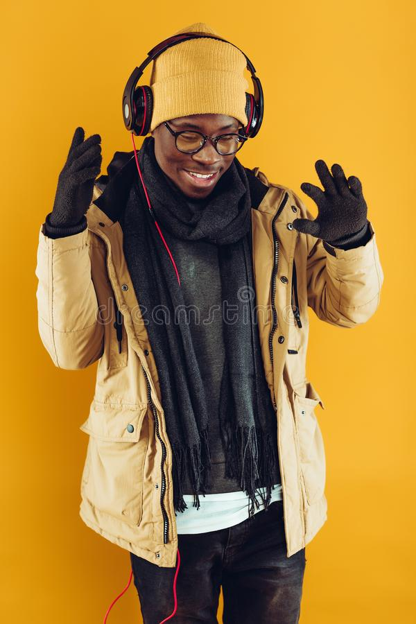 Afrikaans-Amerikaanse mens die in hoofdtelefoons aan muziek luisteren royalty-vrije stock fotografie