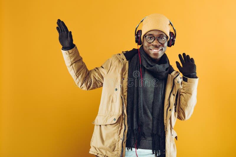 Afrikaans-Amerikaanse mens die in hoofdtelefoons aan muziek luisteren royalty-vrije stock foto