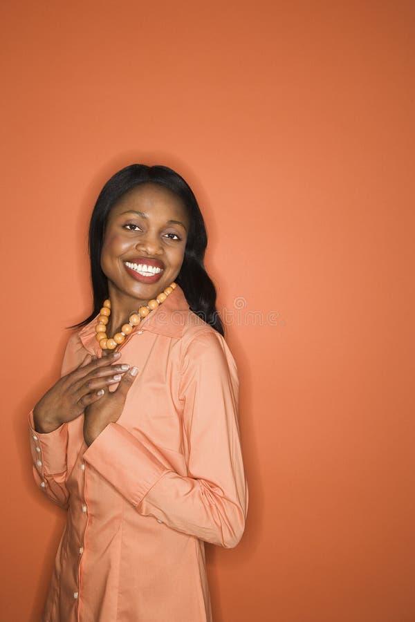 Afrikaans-Amerikaanse vrouw die oranje kleding draagt. royalty-vrije stock foto's