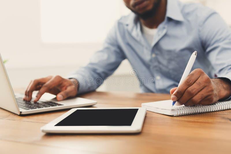Afrikaans-Amerikaanse zakenman die aan tablet werken stock foto's