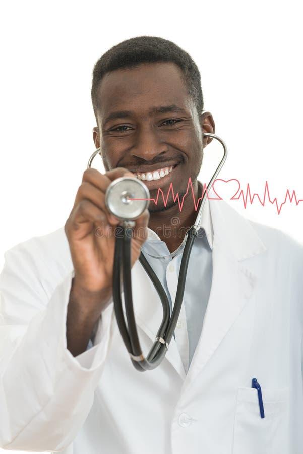 Afrikaans-Amerikaanse zwarte artsenmens met stethoscoop met haardelectrocardiogram royalty-vrije stock afbeelding