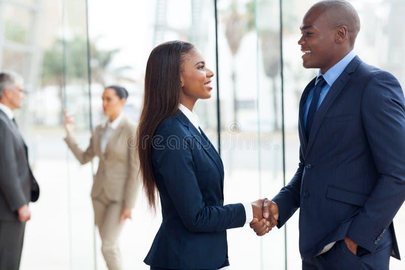 Afrikaans bedrijfshandenschudden stock foto