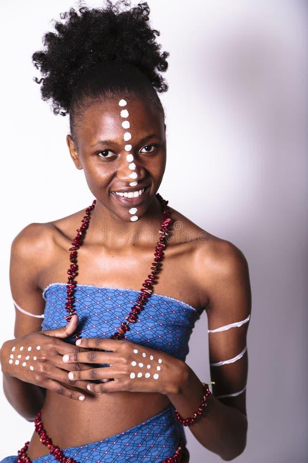 Afrikaans die meisje met kapsel door ritueel patroon wordt behandeld royalty-vrije stock foto