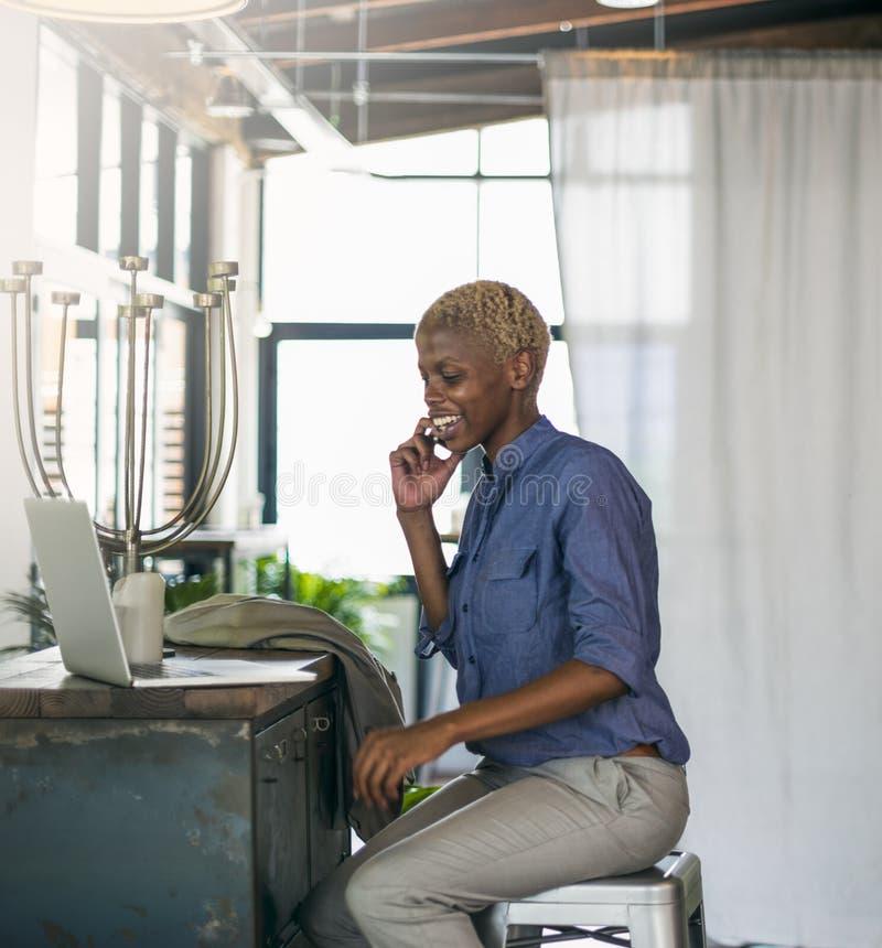 Afrikaans het Werk van Onderneemsterlaptop planning strategy Concept royalty-vrije stock fotografie