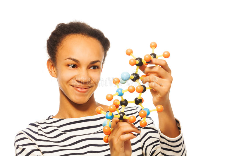 Afrikaans jong meisje die moleculaire structuur bestuderen stock fotografie