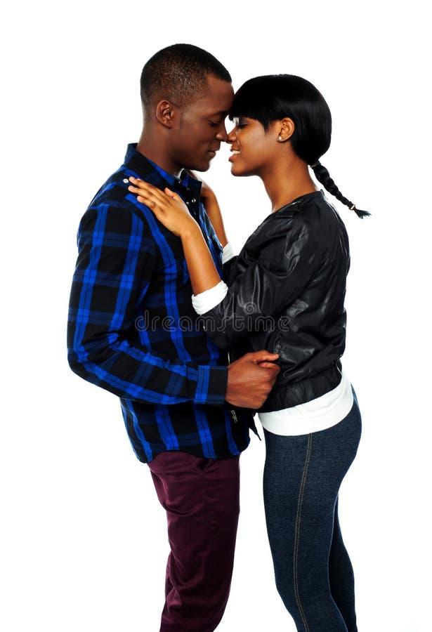 Afrikaans jong paar diep in liefde stock afbeelding
