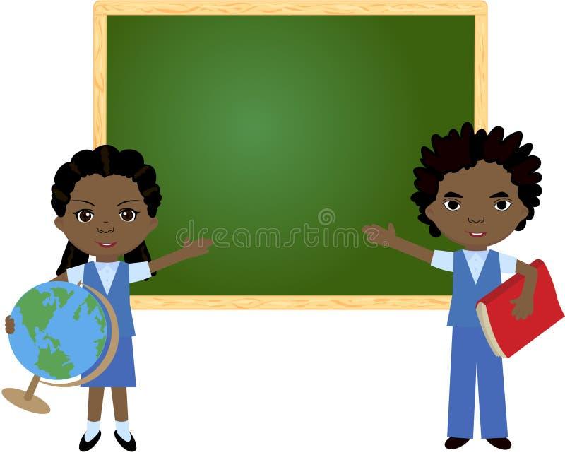 Afrikaans jongen en meisje die zich dichtbij het bord in een klaslokaal bevinden royalty-vrije illustratie