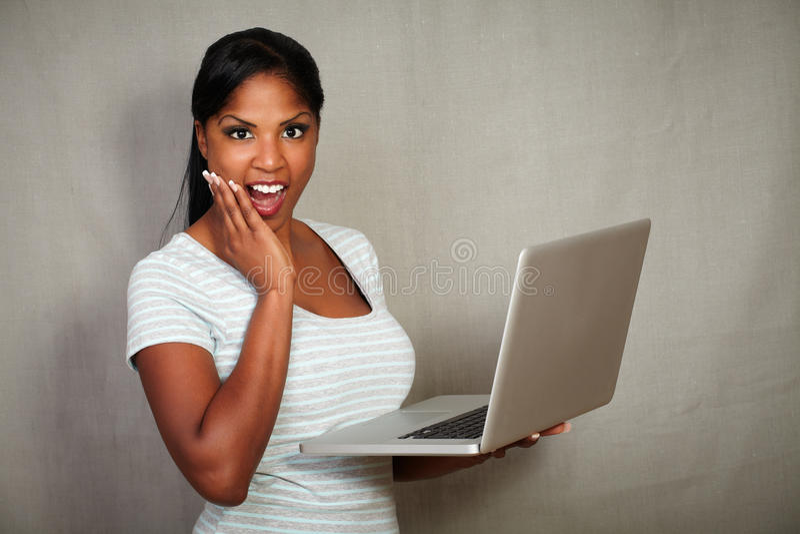 Afrikaans kereltje die verrast de camera bekijken stock fotografie