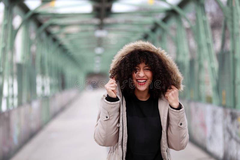 Afrikaans meisje met het krullende haar glimlachen royalty-vrije stock foto's