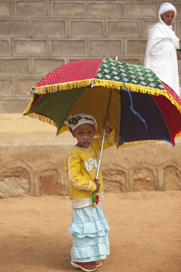 Afrikaans meisje met paraplu, Afrika stock fotografie