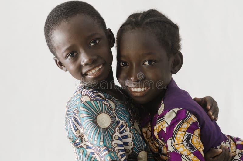 Afrikaans paar van broer en zuster die, isola omhelzen stock fotografie